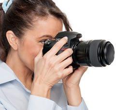 צלמת עם מצלמה מקצועית